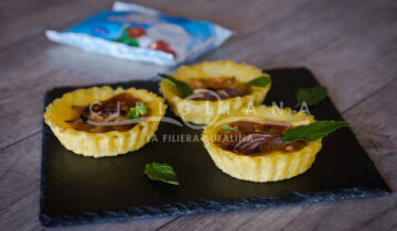 Tartellette di polenta ripiene di mozzarella, speck e cipolla rossa