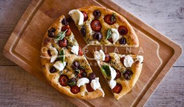 Focaccia pugliese con pomodorini rossi, olive nere e burrata