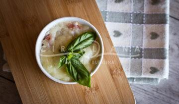 Uova in cocotte con sugo di pomodoro, mozzarella filante e cubetti di pane croccante