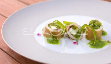Calamaretti ripieni di mozzarella, peperoncini friggitelli e alici, serviti con pesto di friggitelli e basilico