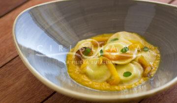 Raviolo ripieno di ricotta al limone e maggiorana in crema di peperone giallo arrostito.