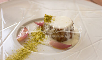 Filetto di maialino con fonduta di mozzarella, scalogno caramellato e pistacchi tostati.