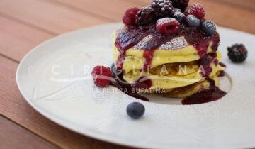Ricotta pancakes con frutti rossi e miele